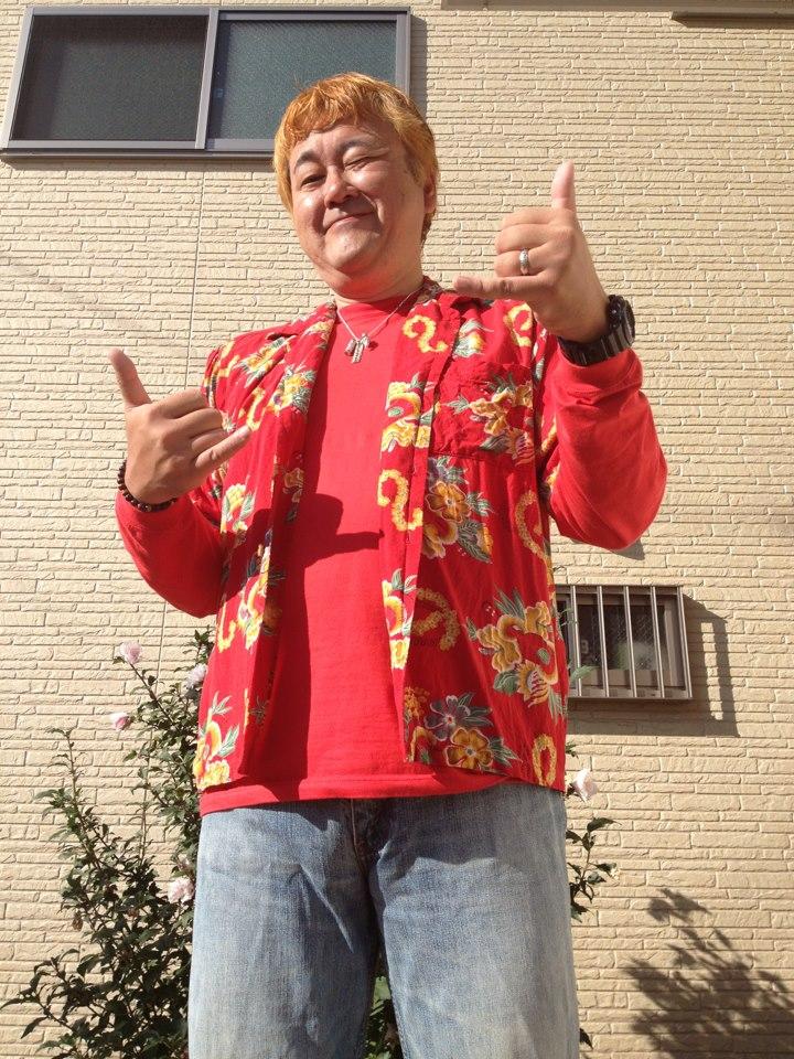 赤いアロハシャツに赤いロンTを組み合わせたサンプル