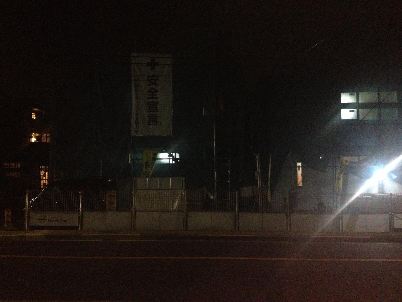 アロハシャツ屋夜の建築現場に驚く